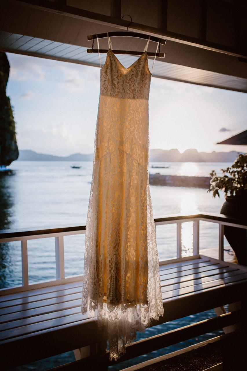 Suknia ślubna na tle morza i wysp Filipiny