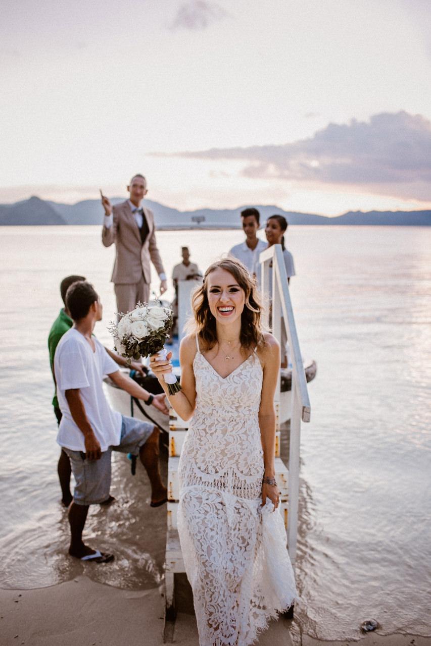 Pani Młoda na plaży - ślub plenerowy za granicą