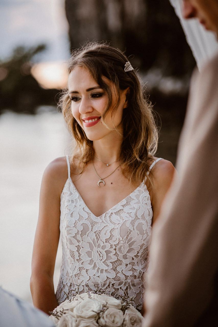 Pani Młoda w sukni ślubnej na plaży