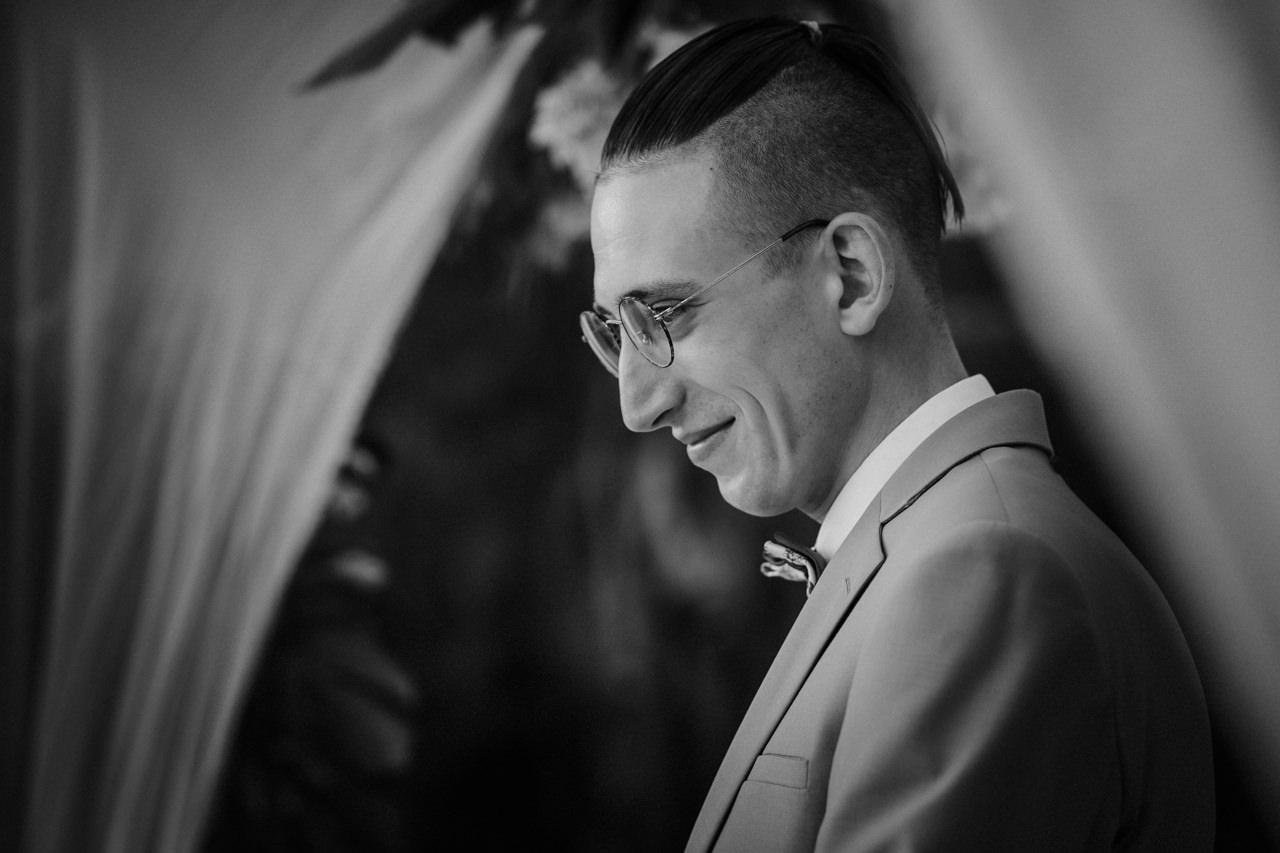 Pan Młody w garniturze - ślub plenerowy