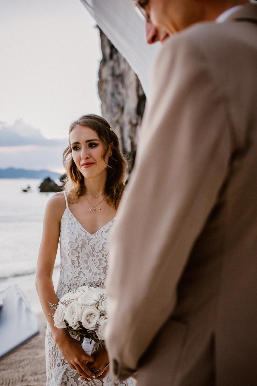 Wzruszona Pani Młoda na ślubie plenerowy