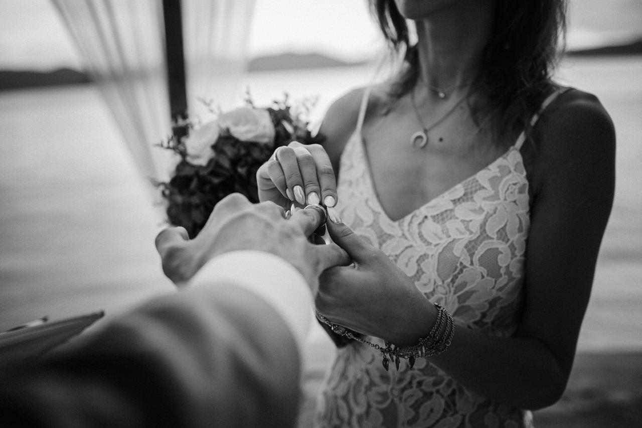 Zakładanie obrączek na ślubie plenerowym na Filipinach