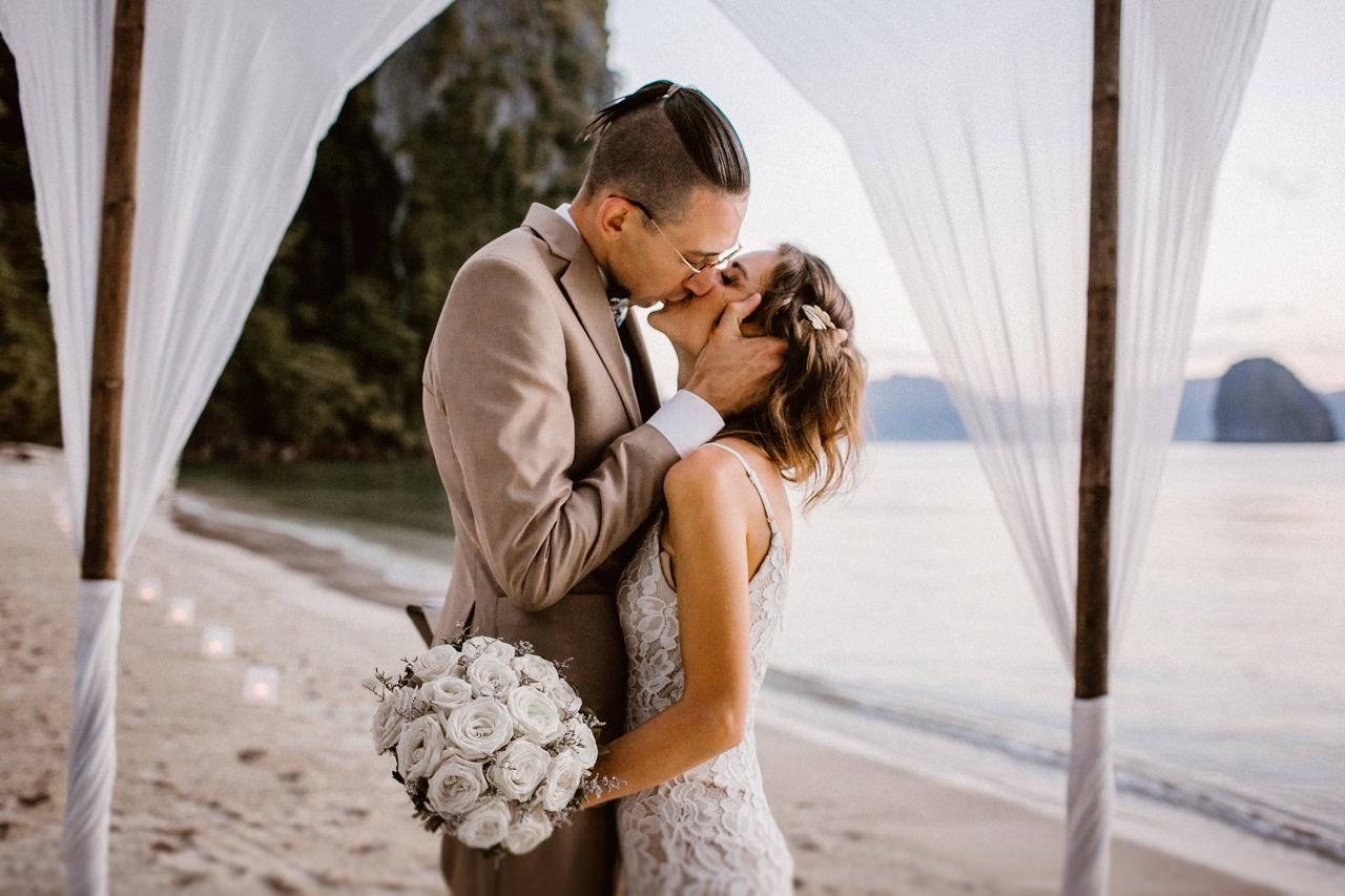 Pocałunek męża i żony na ślubie plenerowym