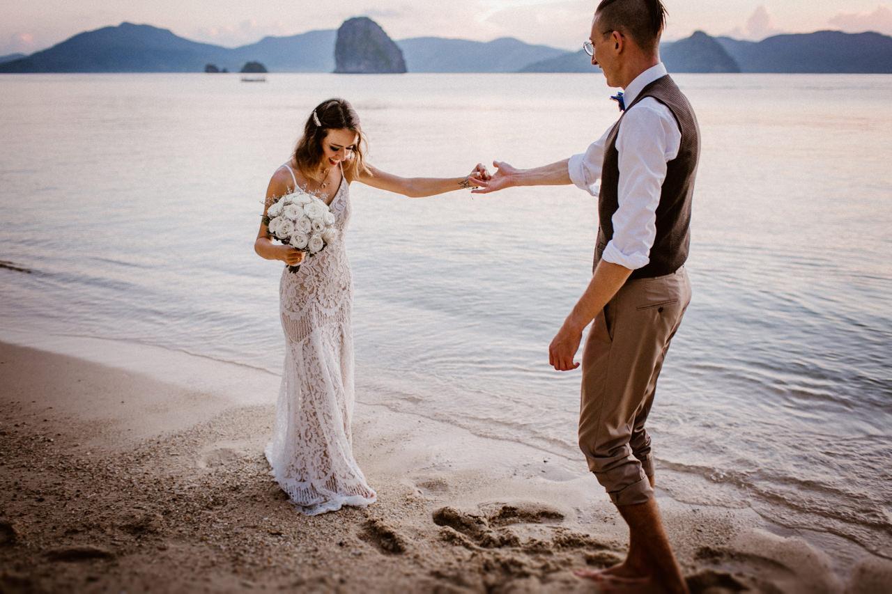 Miniomki w strojach ślubnych na plaży Filipiny, Palawan 2