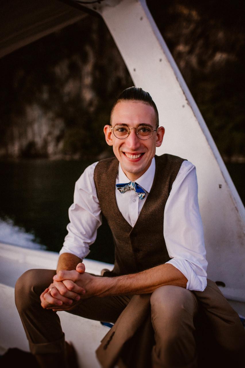 Uśmiechnięty Pan Młody na łodzi na Filipinach
