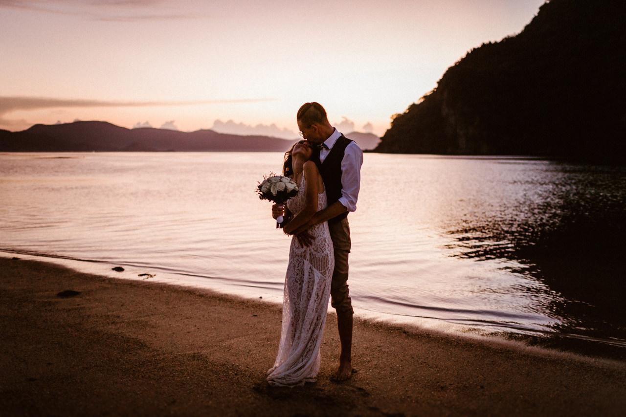 Poślubna sesja ślubna o zachodzie słońca na Filipinach