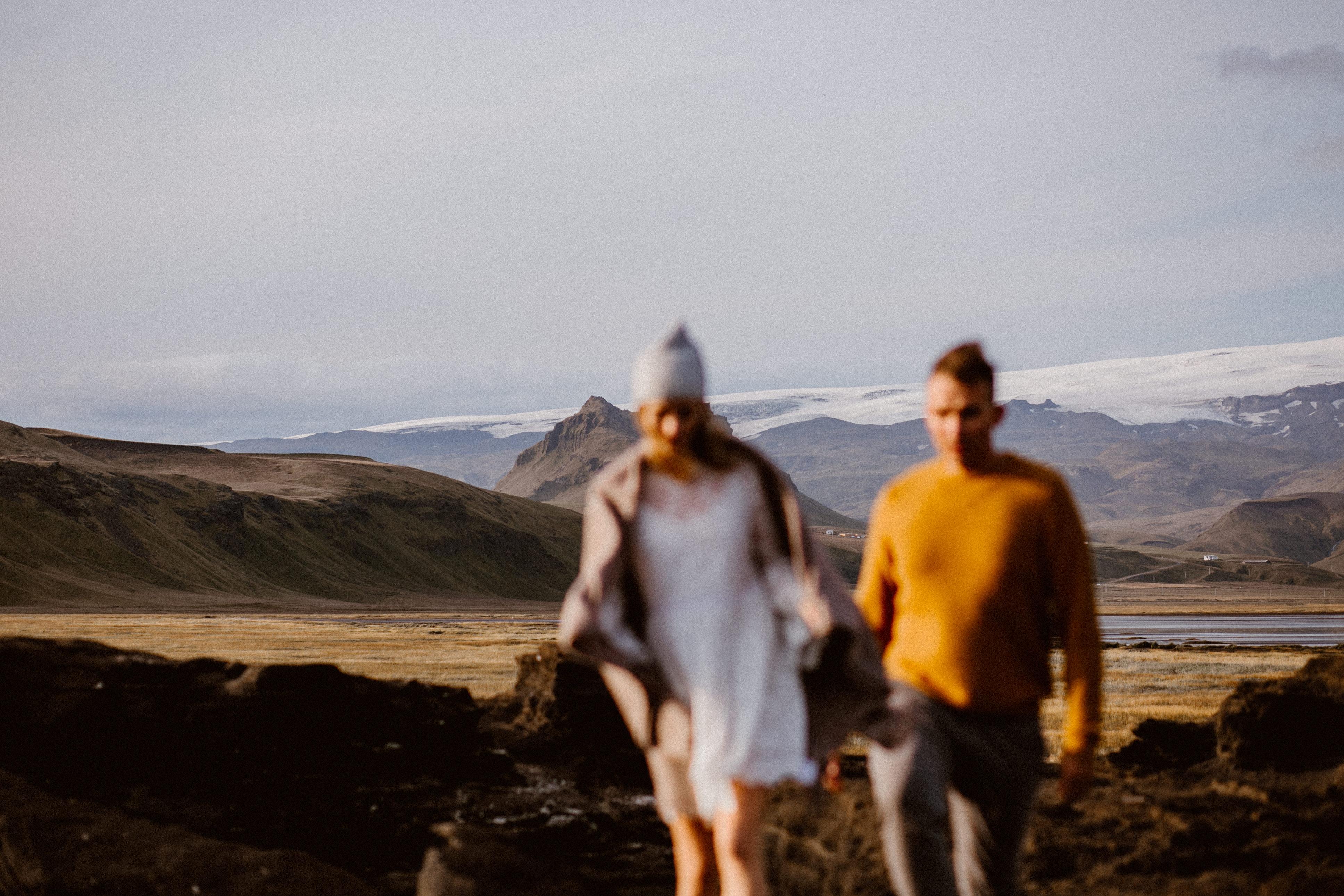 W tle góry Islandii podczas sesji narzeczeńskiej