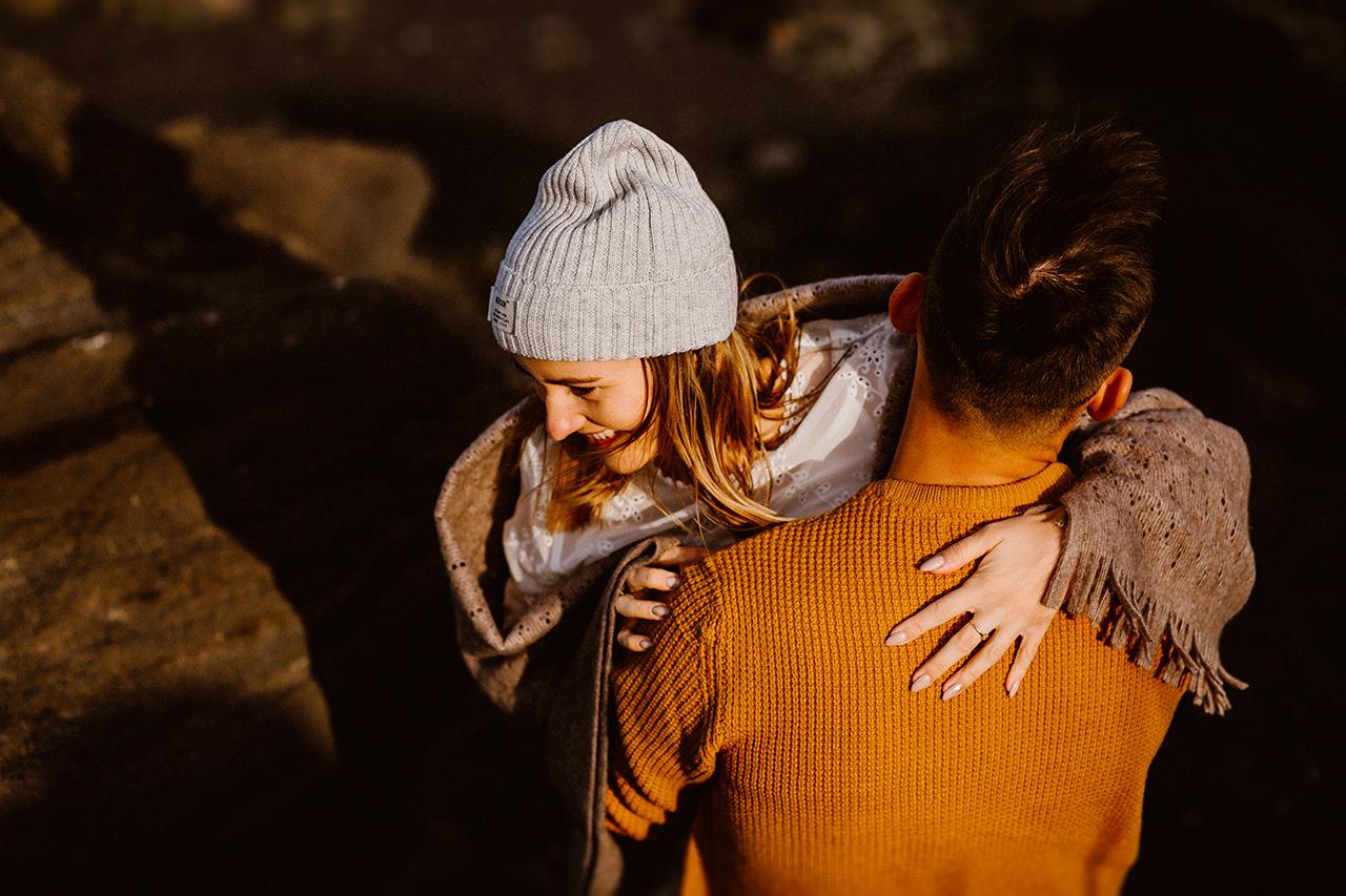 Szczęśliwa para podczas sesji narzeczeńskiej na Islandii