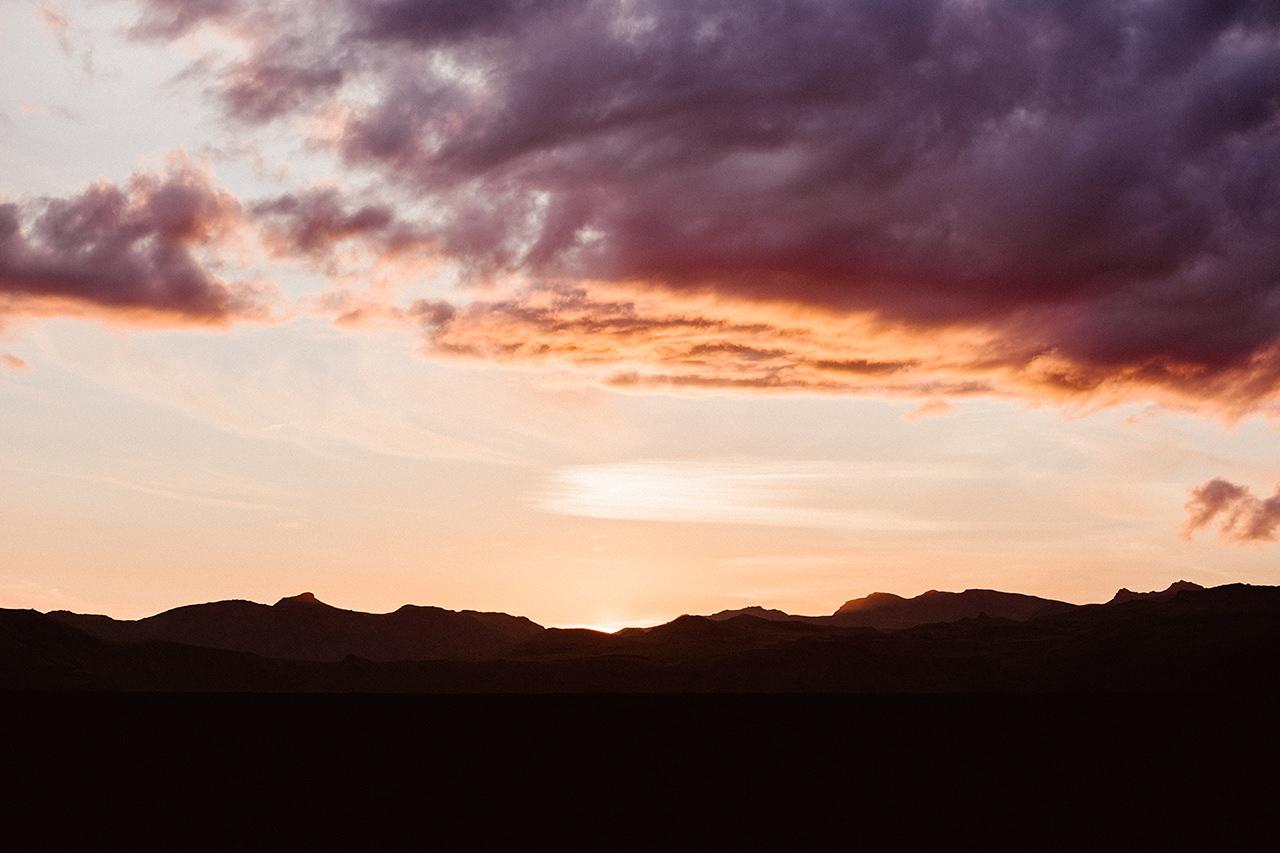 Zachód słońca podczas fotografowania sesji plenerowej na Islandii