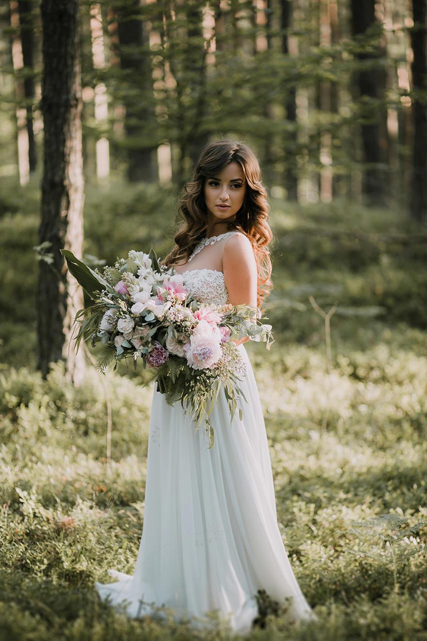 Styloly pozuje z pięknym bukietem ślubnym