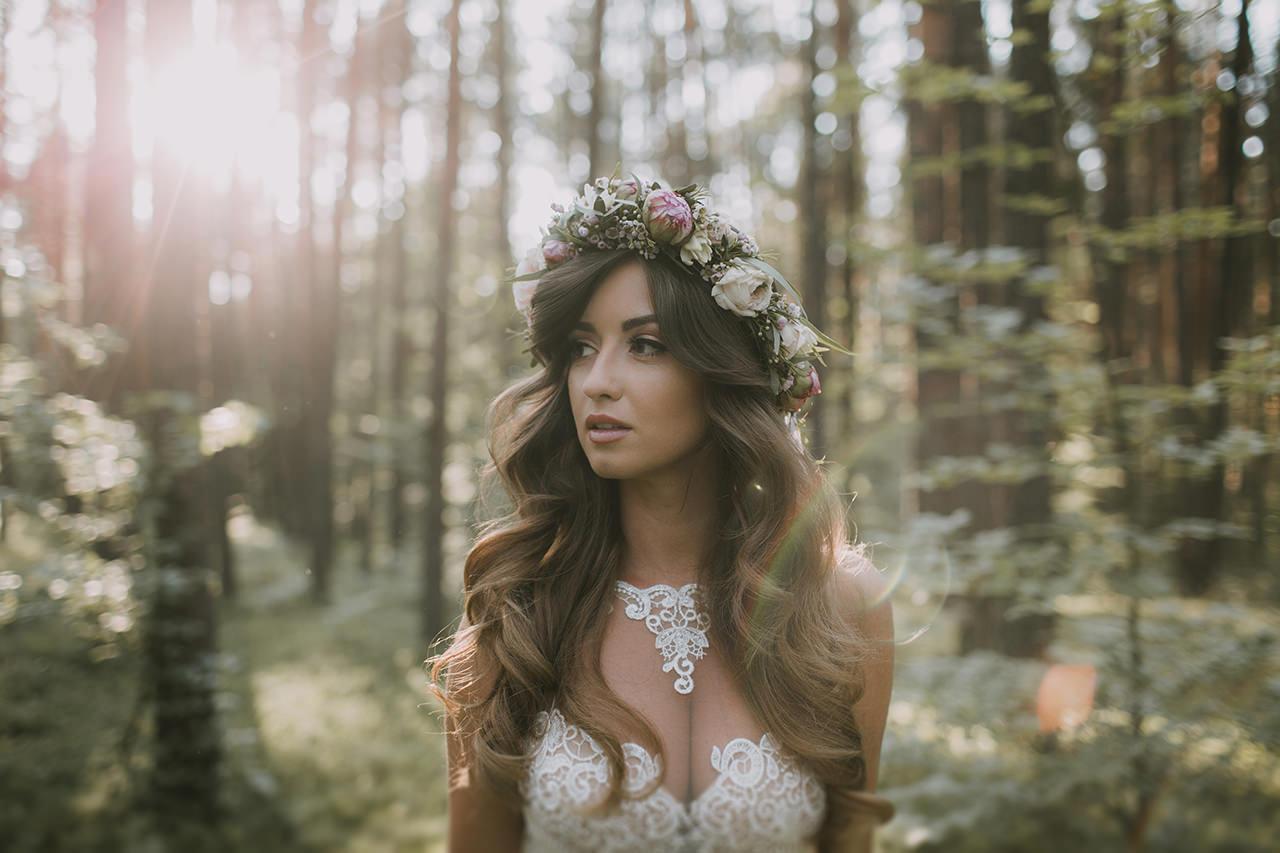 Fotografia ślubna Styloly. Ola Marzęda z wiankiem z kwiatów.