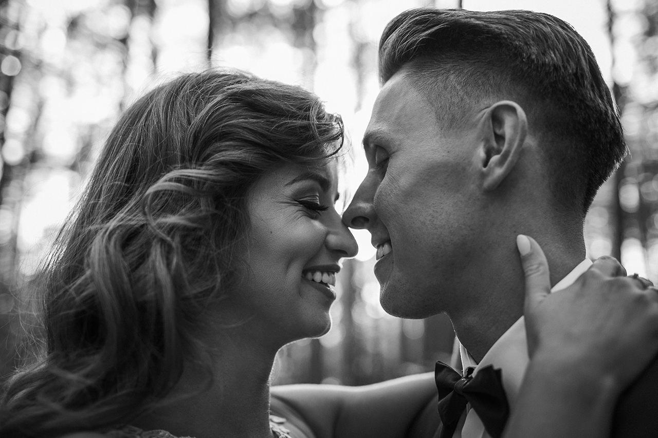 Uśmiechnięta Styloly w sesji poślubnej w Zwierzyńcu