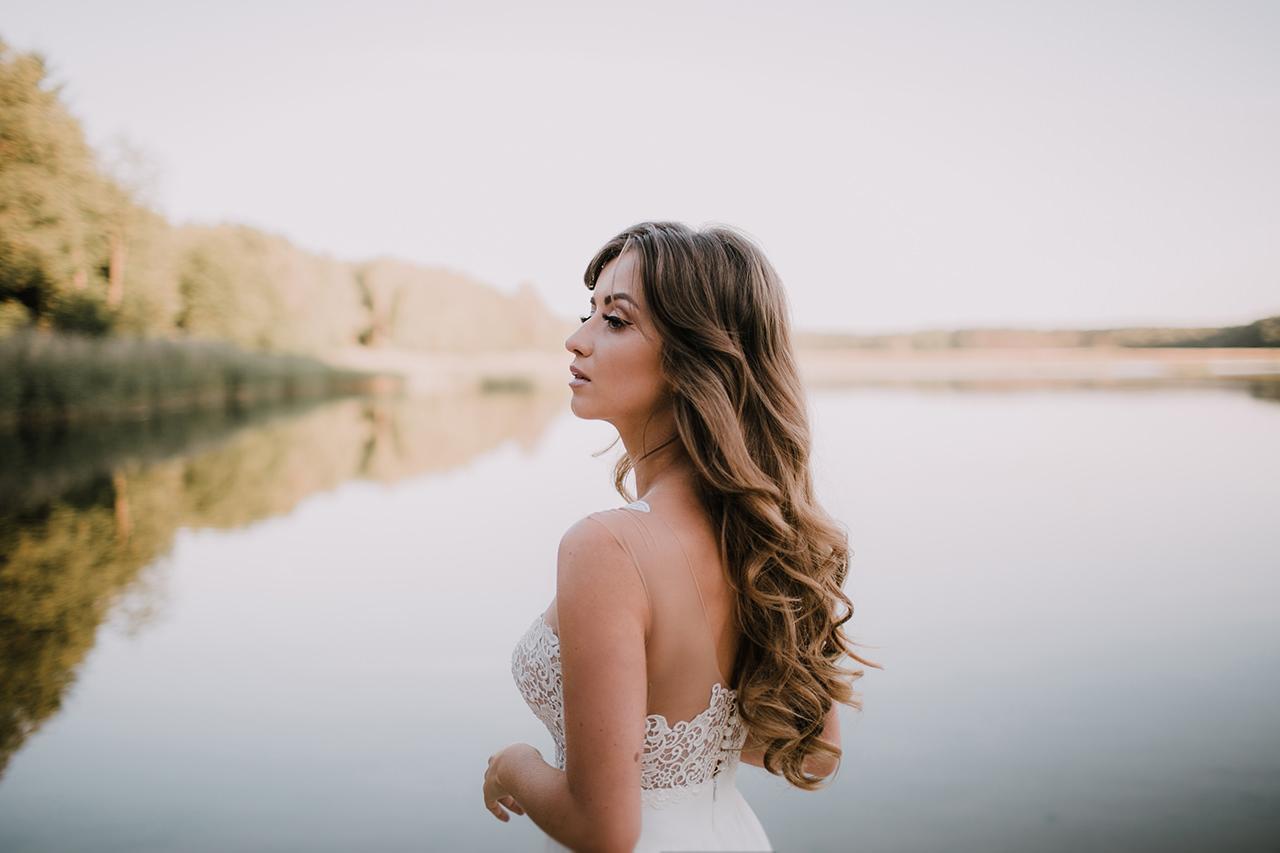 Styloly w fotografii ślubnej na tle jeziora